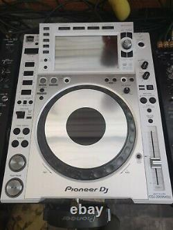 Pioneer 2 x CDJ-2000 NXS2 white limited edition Mint condition