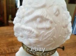 Fenton Poppy Sur Verre De Lait Lampe D'huile D'ouragan Condition Parfect Rare 17 X 5